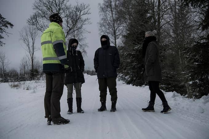 Förra lördagen, några dagar efter att licensjakten på varg avslutats, möttes tre av aktivisterna och en jägare upp i skogarna utanför Köping för att prata om händelserna i januari. Foto: ALEX LJUNGDAHL