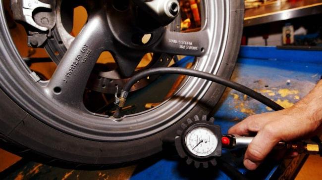 Sitter det nya däck på motorcykeln är det viktigt att veta att de är hala i början. Ett alternativ är att rugga bort den hala skyddande ytan på däcken med sandpapper.