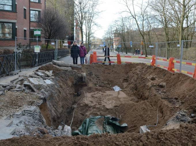 Dagen efter. Här är hålet där det 88-gradiga vattnet började forsa ut över gatorna mitt i Lund och skada fyra personer. Foto: Andreas Holm / Newsfoto.Se