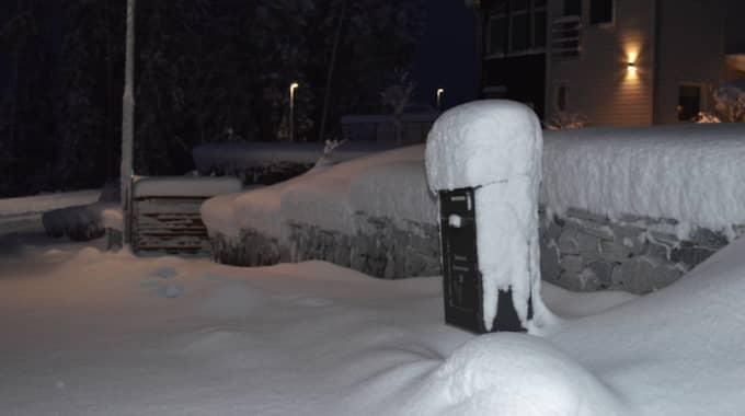 Enligt mamma Jessica Andersson ska det ha kommit 32 centimeter snö. Foto: Läsarbild