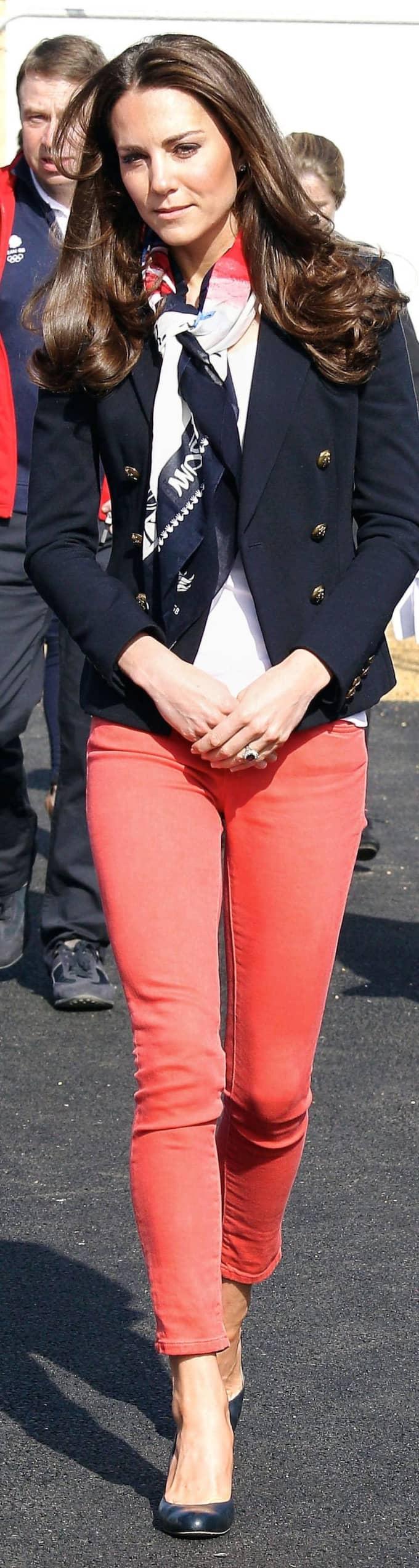 KATE MIDDLETON Sportigt snyggt. Prins Williams hustru Kate Middleton, 30, var chic i skarf när hon träffade hockeylaget GB i London. Prinsgemålen verkar klä i allt!