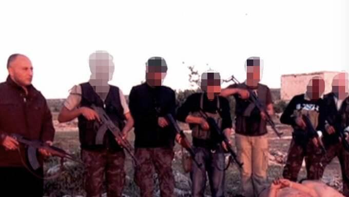 Haisam Omar Sakhanh i Karlskoga misstänks vara en av männen som avrättar de sju bakbundna soldaterna i Syrien.