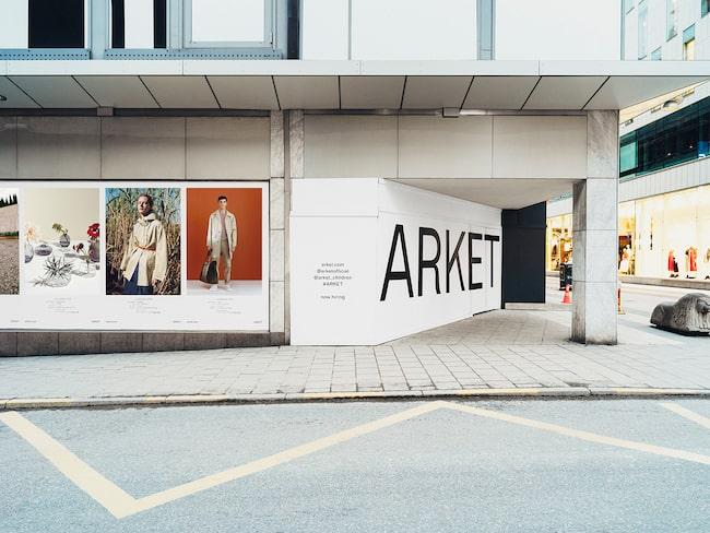 Först var det tänkt att Arket skulle ligga på Biblioteksgatan i Stockholm, men planerna var tvungna att ändras efter en brand.