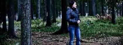 """BÖRJAR LEVA. Josefine berättar hur hennes ex försökte förgifta henne. """"Jag trodde att han ville söva mig men senare förstod jag att han försökte förgifta mig"""". För första gången på åtta år känner sig Josefine fri att börja leva sitt eget liv, utan ex-sambons blickar. Nu flyttar hon från Luleå för att starta om. Foto: Christian Örnberg"""