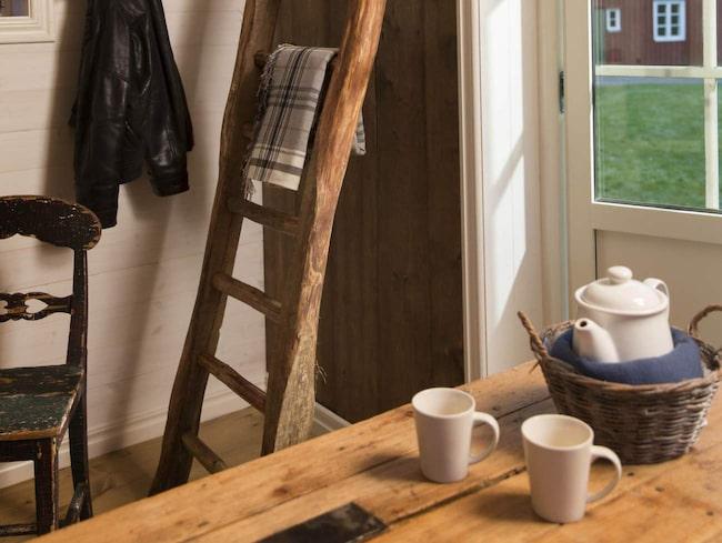 Attefallshus är ett populärt minihus. Men det kan vara svårt att inreda ett litet hus. Här är en mysig och gammaldags stil i ett attefallshus.