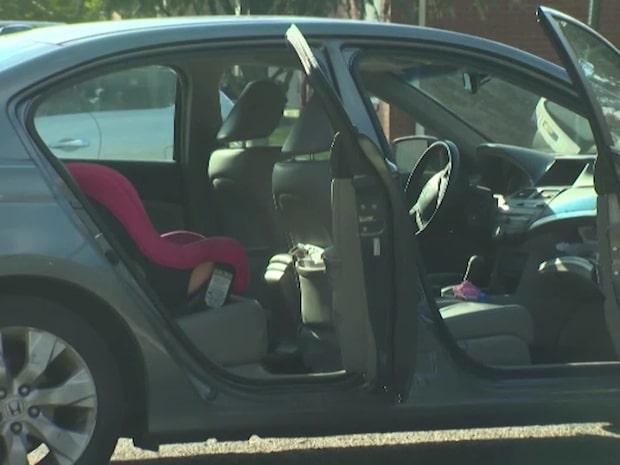 Barnet satt i baksätet när tjuven stal bilen