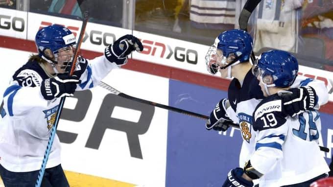 Frölunda har ställt in siktet på den finske JVM-stjärnan Aleksi Saarela, 18 (till höger). Foto: Heikki Saukkomaa