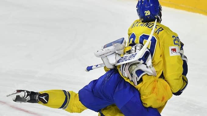 Omtalade bilden på Lundqvist och Nylander efter VM-guldet. Foto: MARTIN MEISSNER / AP TT NYHETSBYRÅN