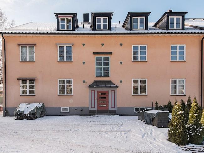 Lägenheten ligger i Gamla Enskede, strax utanför Stockholm.