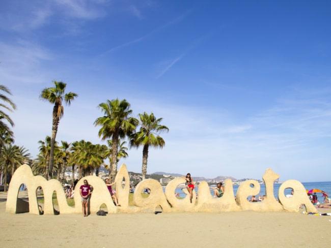 Malagueta börjar bakom strandpromenaden Muelle Uno.