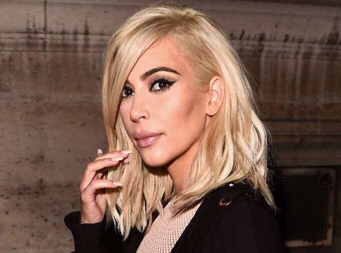 Nu som blondin. Förra veckan visade Kim kardashian upp sig i en helt ny hårfärg - men makeupen känns bekant. Foto: David Fisher/Rex