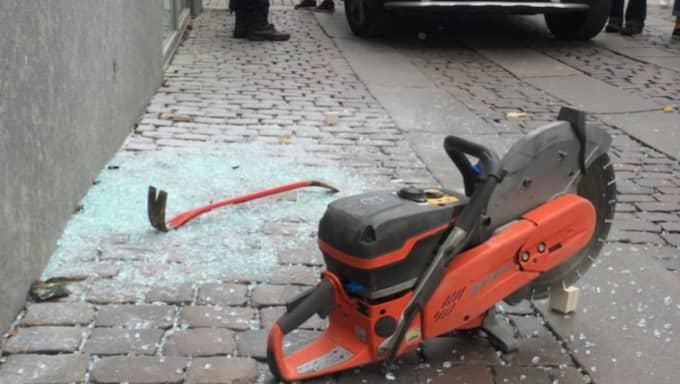 Bentongsågen och kofoten lämnades kvar på gatan. Foto: OSKAR DAHLGREN