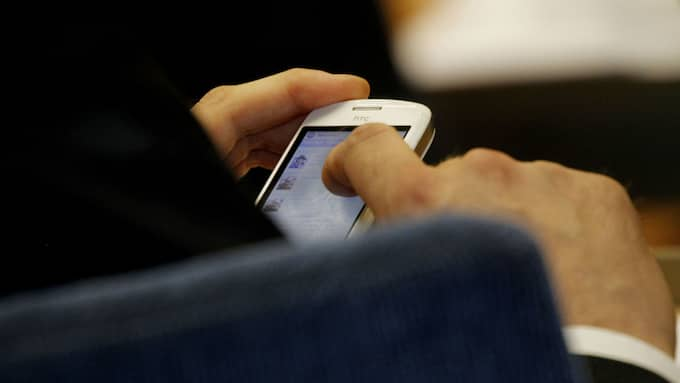 Hemma hos mannen hittades fyra mobiltelefoner och flera kontantkort. På tre av dem fann polisens tekniker appar, eller spår av tidigare installerade appar, byggda för automatisk återuppringning. Foto: ROBBAN ANDERSSON