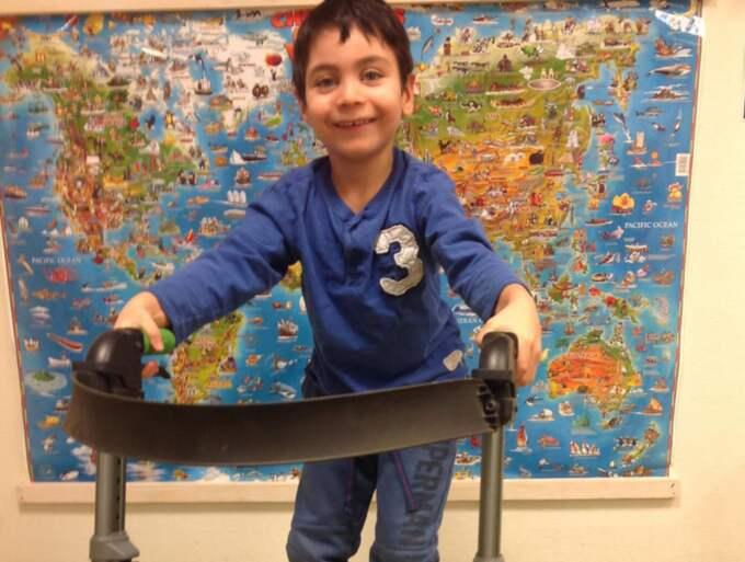 Neo Poblete Osmani, som är född med diagnosen Lobär holoprosencefali, har en nervskada som gör att han inte kan gå själv. Nu kan en operation hjälpa honom. Foto: Privat