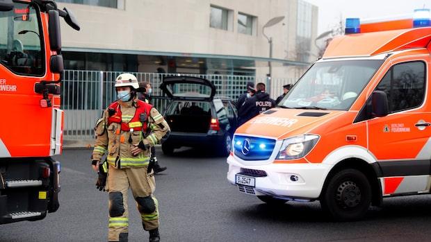 Bil körde in i grind vid Angela Merkels kontorsbyggnad