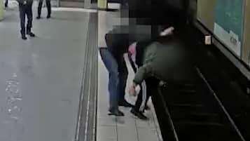 Här går mannen till attack mot tiggaren på tunnelbaneperrongen. Foto: Övervakningsbild