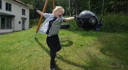 """TRÄNAR MED NYA HJÄRTAT. """"Den tar jag"""". Gustav Eriksson, 8, har börjat hårdträningen för att bli målvakt - med nytt hjärta. Foto: Leif Gustafsson"""