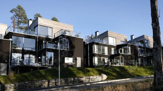 Falu rödfärg kan också vara svart och brun. Här visas ett mörkbrunt hus, en färg som är smart att satsa på för den som vill att huset ska vara modernt länge.