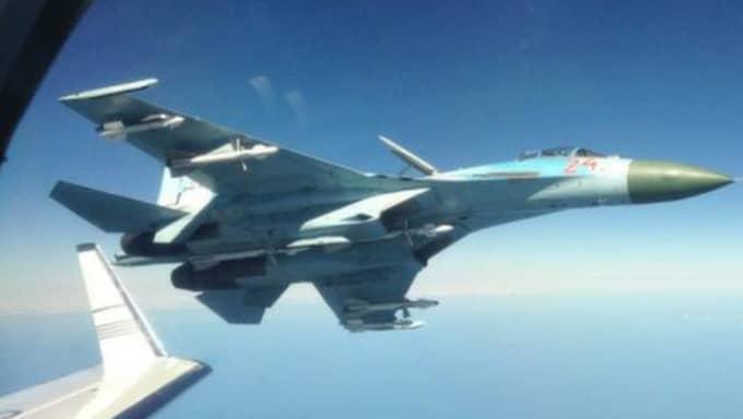 Här vänder det ryska jaktflyget – bara tio meter från Försvarsmaktens spionplan inne på internationellt luftrum. Bilden offentliggjordes i oktober 2014 men det är inte klart när den är tagen eller var. Foto: FRA