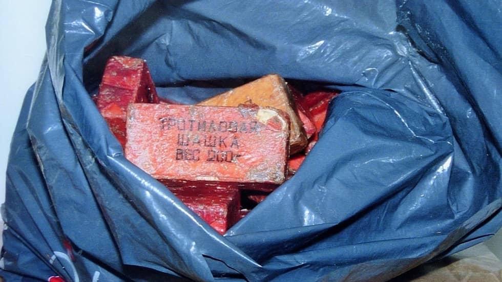 """Det andra fyndet av sovjetisk trotyl, som gjordes nära Lidingöbron den 24 september 1987. På paketen står det i svensk översättning """"trotylblock 200 gram"""". Foto: EGON EKLUND"""