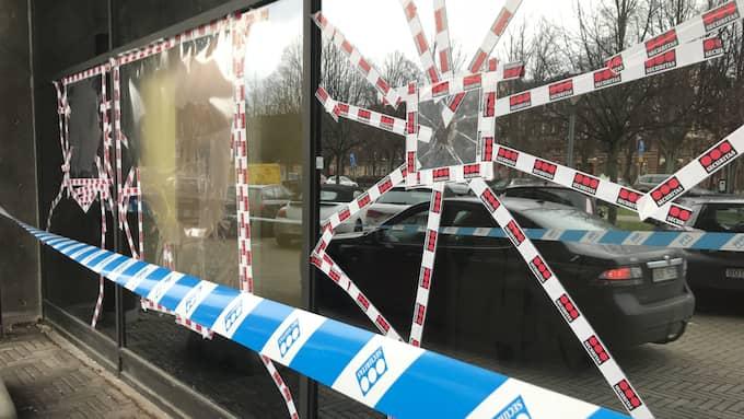 Fortfarande en vecka efter skadegörelsen gapar stora hål i polishusets fönster. Foto: Alexander Vickhoff