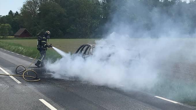 Två personer brännskadades på armarna när bilen fattade eld. Foto: Peo Möller