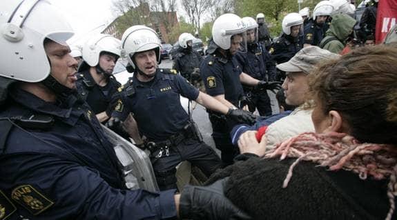 Vid 11-tiden samlades cirka 100 personer för att demonstrera på Östermalm. Foto: Martina Huber