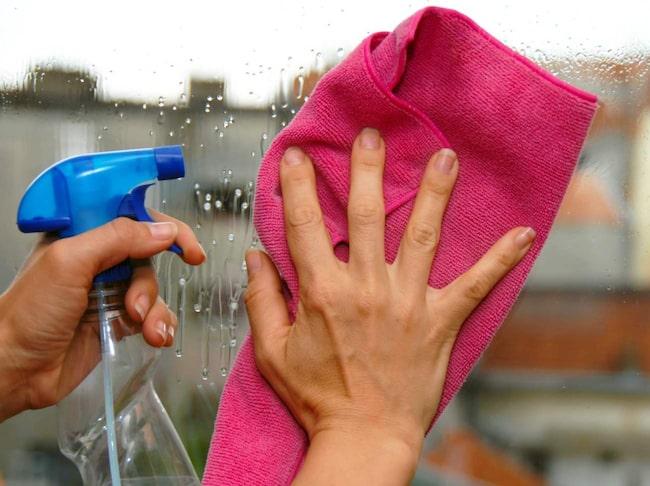 Det ligger i tiden att ha ekologiska produkter, och visst, det är hälsosamt och bra på många sätt. Men färgämnen är inte bara av ondo. Det kan bidra till att skilja potentiellt skadliga vätskor från vanligt vatten och hjälper till så att du vet vilka delar av en yta som har rengjorts.