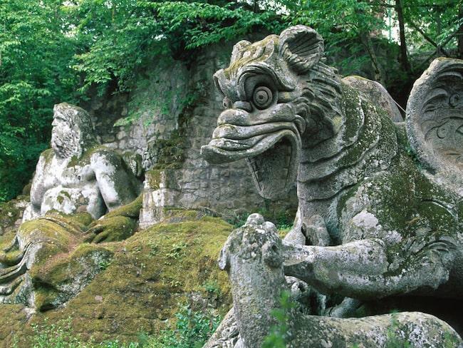 Groteska monster och antika gudar står huller om buller.