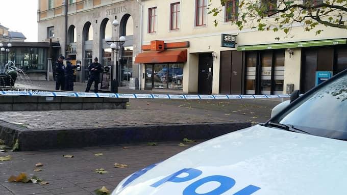 Polisen larmades på onsdagen till Klaipedaplatsen på Trossö i Karlskrona, efter att man upptäckt skotthål i fönsterrutorna till ett konditori. Foto: Linslus foto