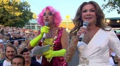 Chriter Lindarw och Babsan rivstartar kvällens allsång. Foto: SVT