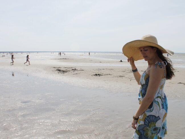 <span>Pärnus sandstrand är slät och långgrund, perfekt för såväl bad som en barfotapromenad.</span>