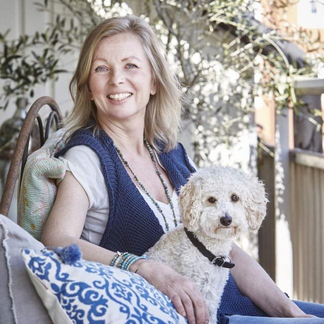 Annika Fast med sin hund Viggo.