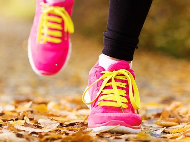 En promenad är bra för både själ och kropp. Med tre superenkla knep från Erika Kits Gölevik, träningscoach i nya hälsoappen Wellie, gör du dem ännu mer effektiva.