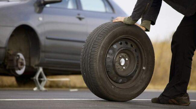 Kvinnor tar allt större ansvar för däckbytet, men kan mindre om däcken än män. Det visar en ny undersökning.