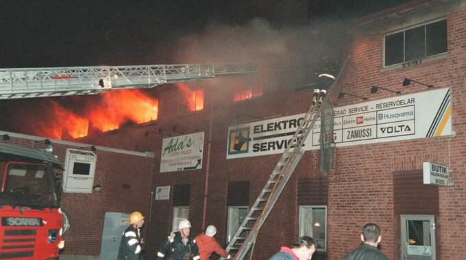 Brandmän kämpar mot lågorna vid diskoteksbranden som tog 63 ungdomars liv 1998. Foto: Björn Andersson