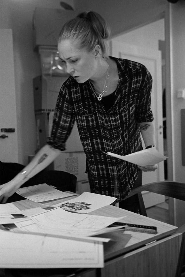 Inredningsdesigner Lena Nyholm mitt i något jobb.