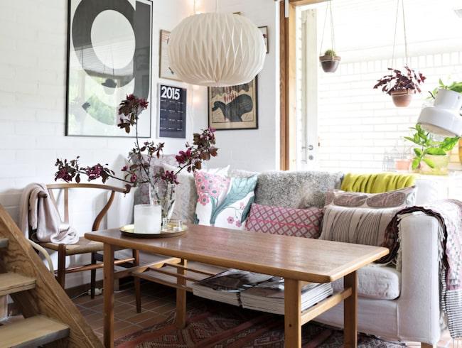 Vardagsrummet är lägenhetens nav och härifrån har man överblick över både köket och lekhörnan. Soffbordet är ett loppisfynd, soffan är från Ikea.