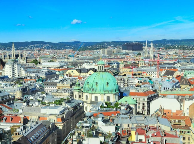 <span>Österrikes huvudstad Wien har utsetts till Europas bästa stad att bo i och hamnar på andra plats över världens bästa städer att bo i.</span>