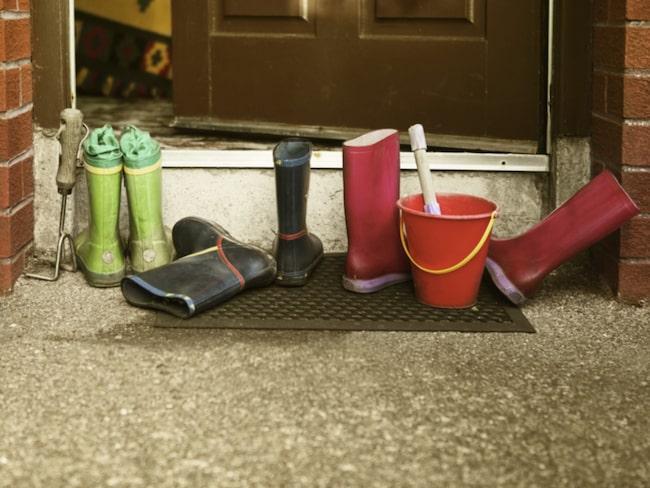 Lämna alltid skorna vid dörren. Är de riktigt skitiga lämna dem utanför och borsta rent innan du tar in dem.