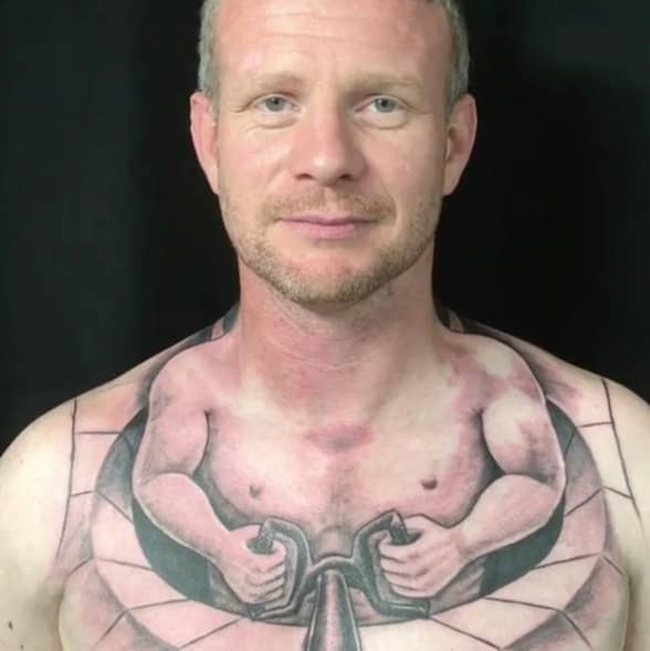Alla pratar om lastbilsföraren Kenny Ollerenshaws tatuering.