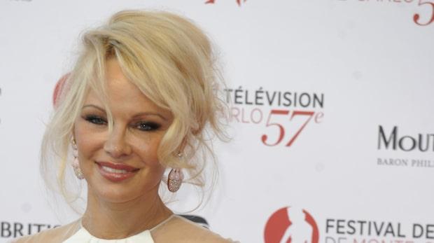 Fotbollsstjärnan uppges dejta Pamela Anderson