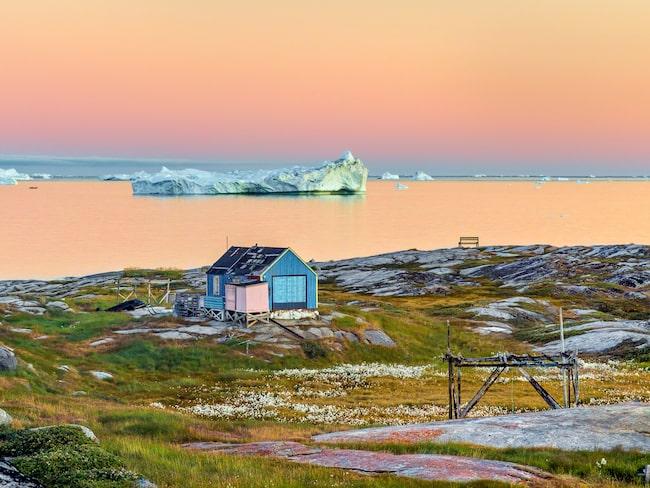 Disko Bay och byn Oqaatsut på Grönland i midnattssolen.