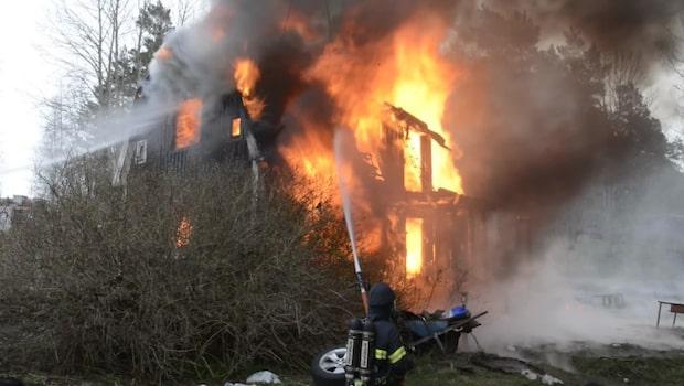 Villa totalförstörd i brand