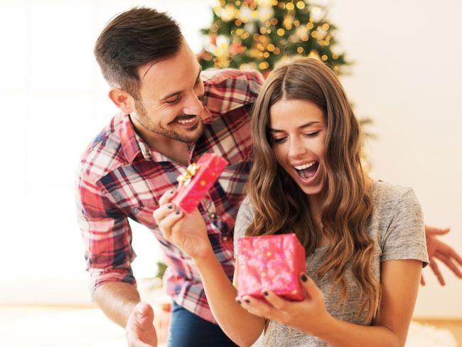 Det kan vara en knepig situation när man får en julklapp av någon man inte köpt till själv.