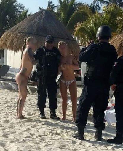 Bilderna spreds i sociala medier. Nu har poliserna stängts av.