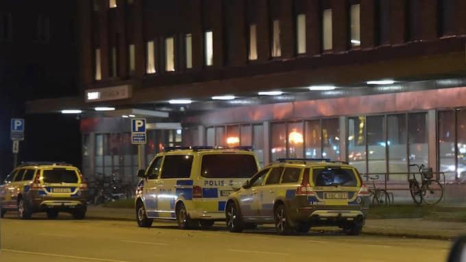 Den sprängda polisbilen i Malmö står utanför polishuset. Foto: Karsten Petersen