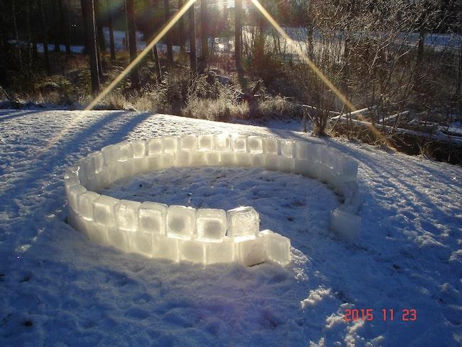 Vill du bygga något annat än snögubbar och snölyktor på tomten i år? Gör som den här familjen och bygg en egen igloo av is.