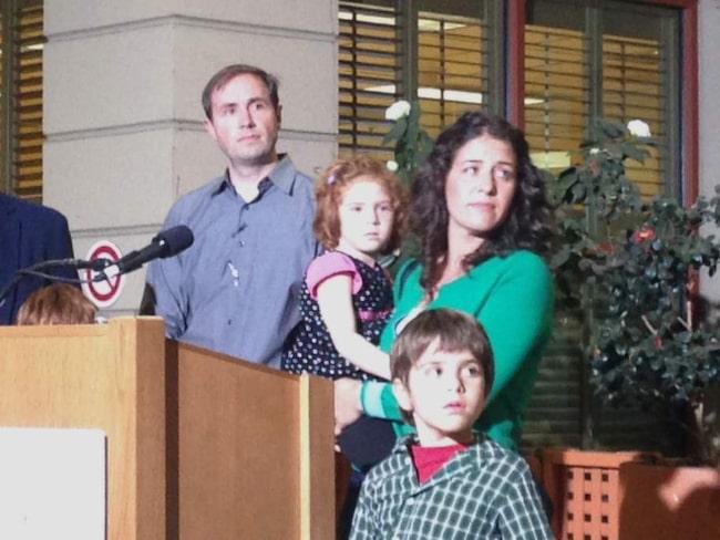 Jessica Tomei håller sin 4-åriga dotter Sofia Jarvis inder en presskonferens vid Lucille Packard barnsjukhus på Stanford University. Sofia är ett av de barn som har drabbats av den polio-liknande sjukdomen som gjort hennes vänsterarm helt förlamad.