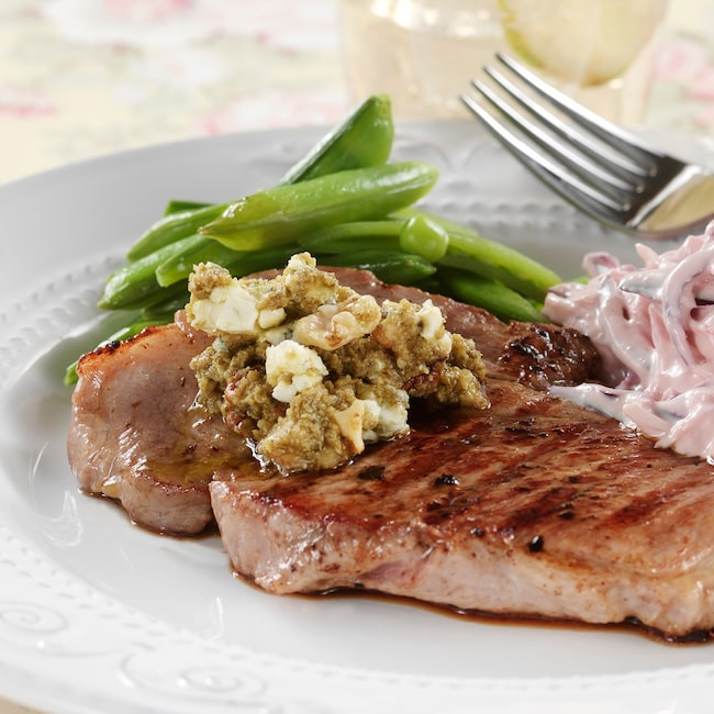 När man äter enligt LCHF får man äta mycket kött och fett. Det är kolhydraterna man ska äta mindre av.